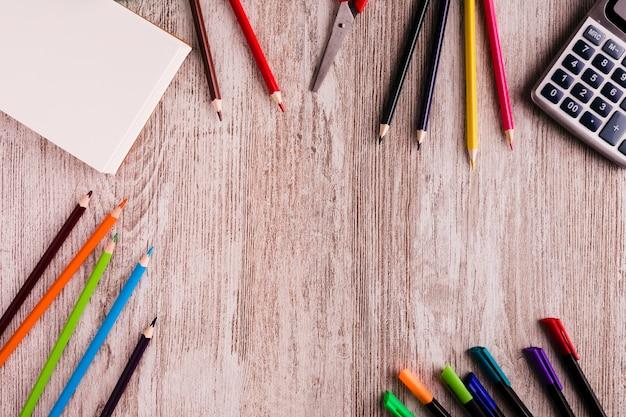 Scuola impostata per dipingere sul tavolo
