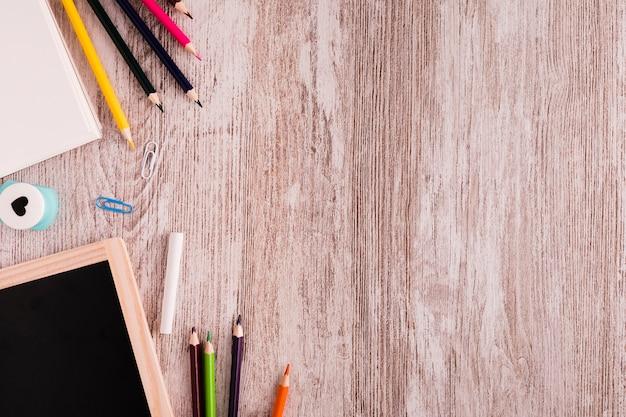 Scuola impostata per disegnare sulla scrivania