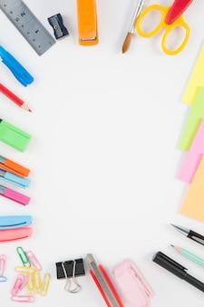 Scuola o strumenti di ufficio su sfondo bianco