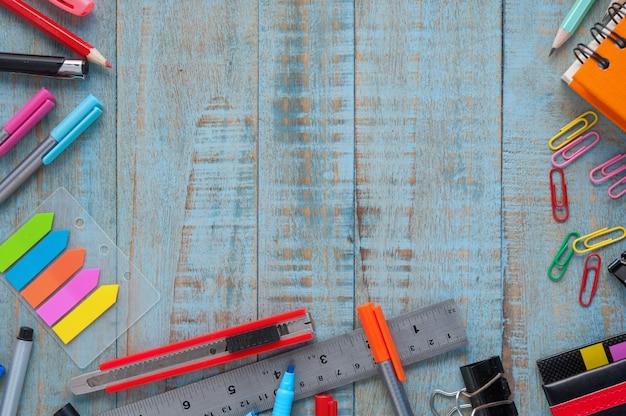 Scuola o strumenti di ufficio su tavola di legno vintage