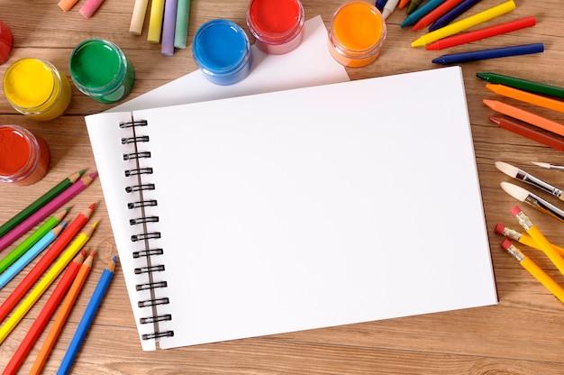 Scuola scrivania con libro d'arte