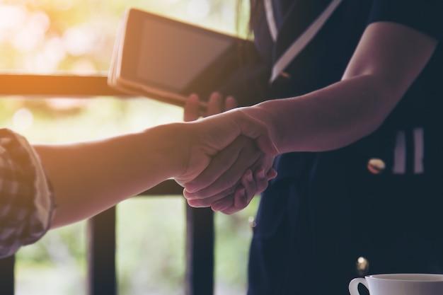 Scuotere le mani al successo