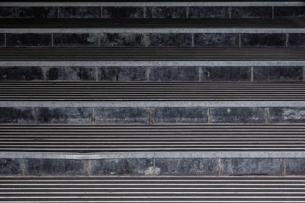 Scure scale a livello degli occhi sulla strada