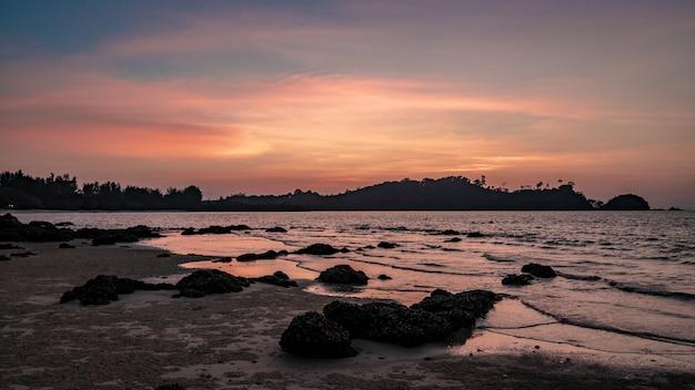 Sea rock beach all'alba