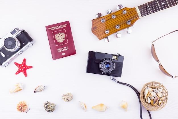 Seashells con una chitarra e una macchina fotografica