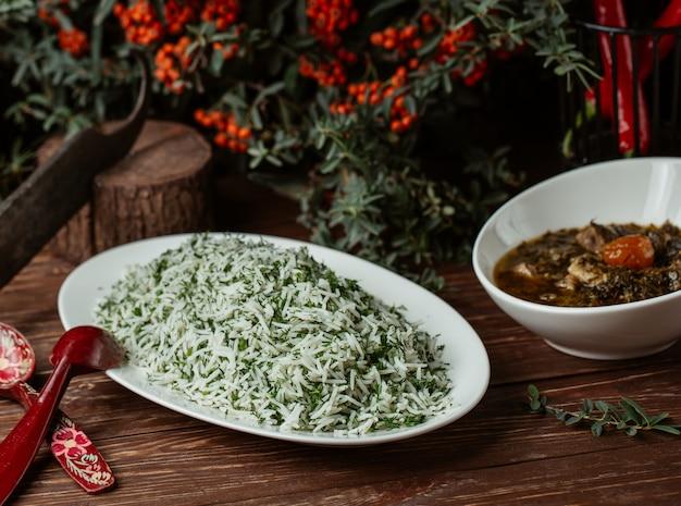 Sebzi plov, contorno di riso nazionale con fagiolini e verdure.