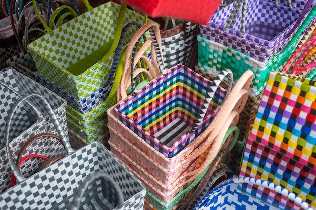Secchi di plastica con nastro colorato