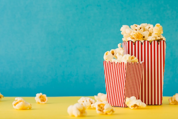 Secchi pieni di popcorn con spazio di copia