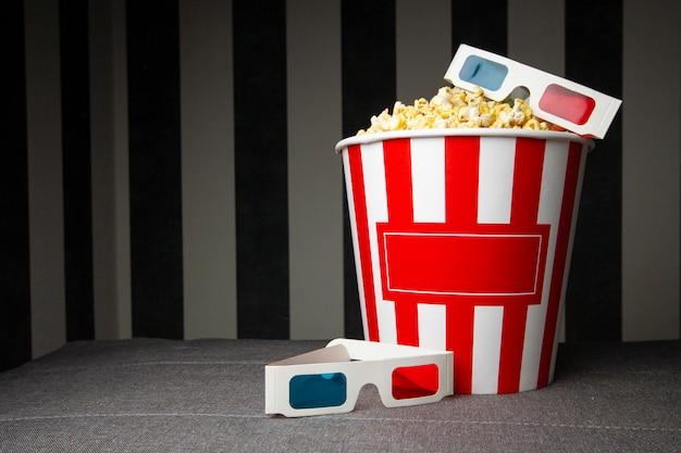 Secchio di cartone di popcorn con occhiali 3d