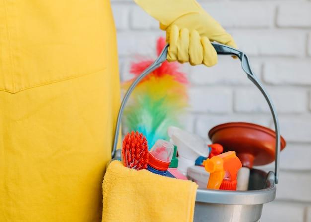 Secchio di primo piano con prodotti per la pulizia