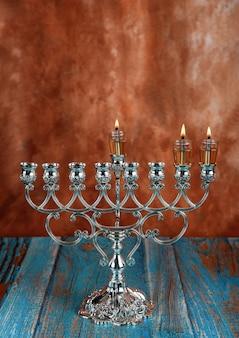 Secondo giorno di hanukkah con candele accese di hanukkah candelabri tradizionali di hanukkiah