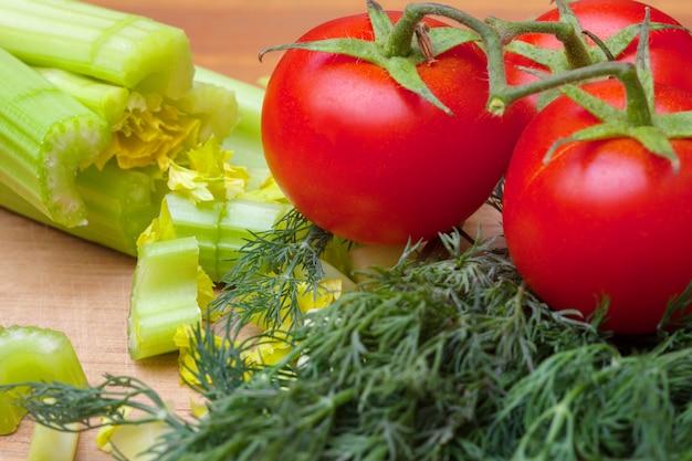 Sedano e pomodori su un tagliere