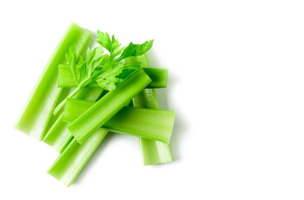 Sedano verde affettato fresco isolato su bianco
