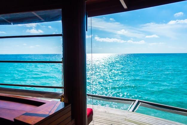 Sede netta di vacanza nell'isola tropicale delle maldive e bellezza del mare con le barriere coralline.