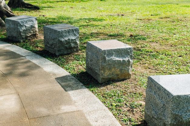 Sedi di pietra del cubo nel parco nell'area di national dr.