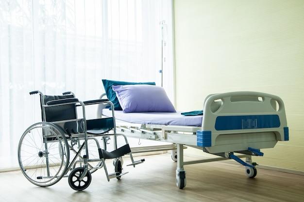 Sedia a rotelle e letto nell'ospedale in attesa di persone malate.