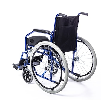 Sedia a rotelle per disabili su uno sfondo bianco
