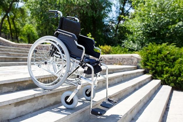 Sedia a rotelle vicino ai gradini.