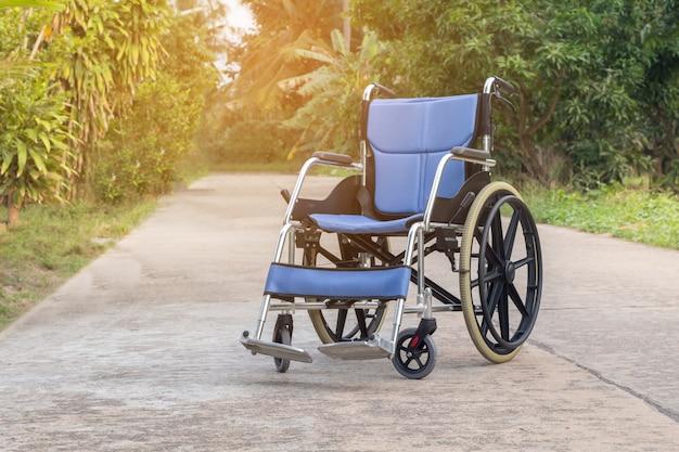 Sedia a rotelle vuota per paziente