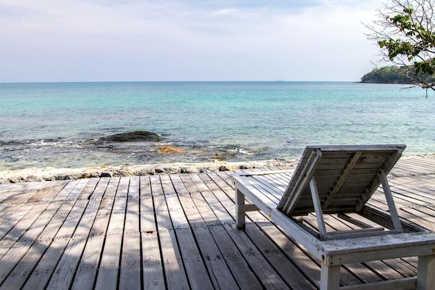 Sedia a sdraio in legno con cielo blu
