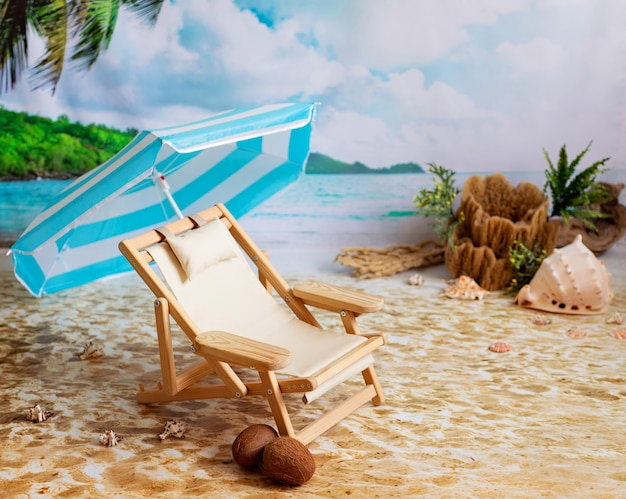 Sedia a sdraio in legno su una spiaggia di sabbia in riva al mare con palme e un ombrellone