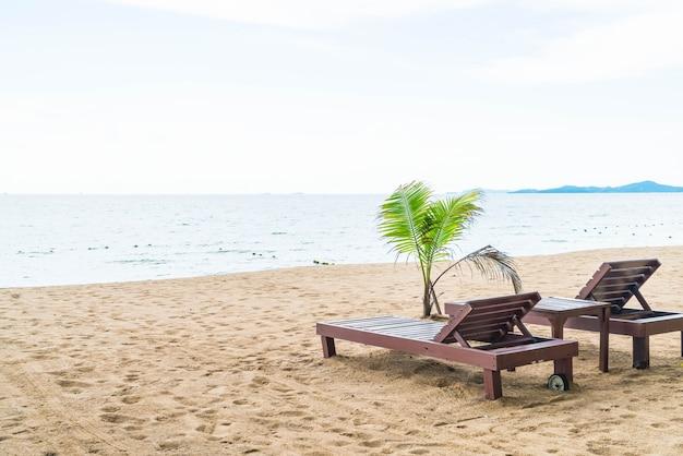 Sedia a sdraio, palm e spiaggia tropicale a pattaya in thailandia