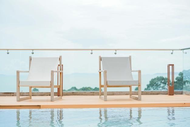 Sedia a sdraio vicino alla piscina dell'hotel sul tetto