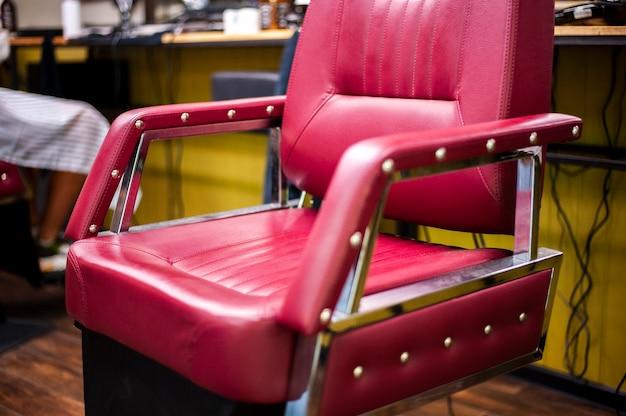 Sedia costosa del negozio di barbiere del primo piano