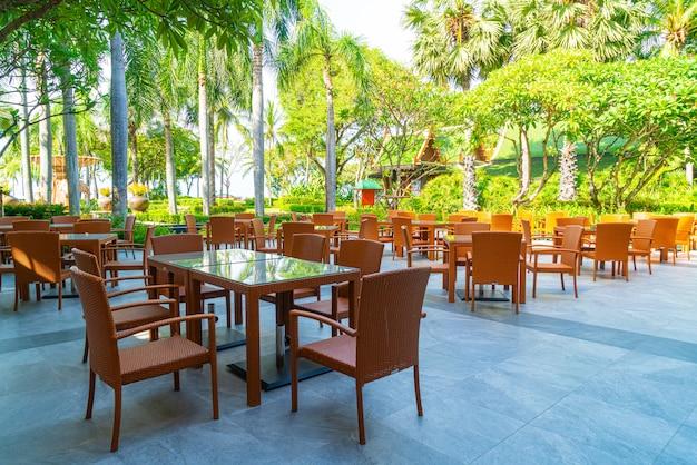 Sedia da esterno patio e tavolo nel ristorante caffetteria