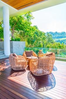 Sedia da patio e tavolo con vista sul mare
