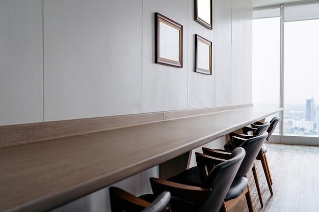 Sedia da tavolo nella stanza dell'ufficio la stanza pulita, costruisca nell'arredamento.