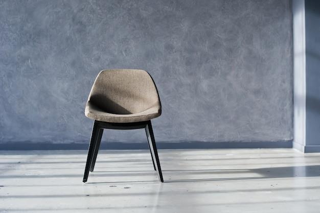 Sedia di design all'interno di un loft nero studio