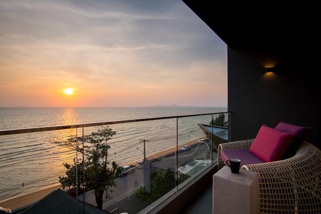 Sedia di spiaggia di daybed in balcone, camera di albergo, pattaya, tailandia