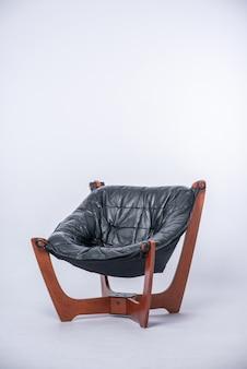 Sedia divano isolare su superficie bianca