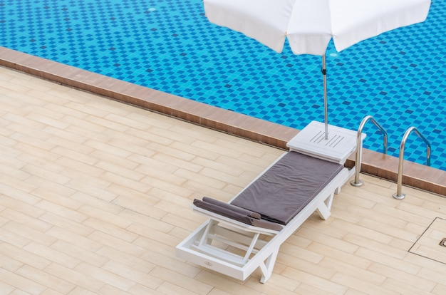 Sedia e piscina in hotel