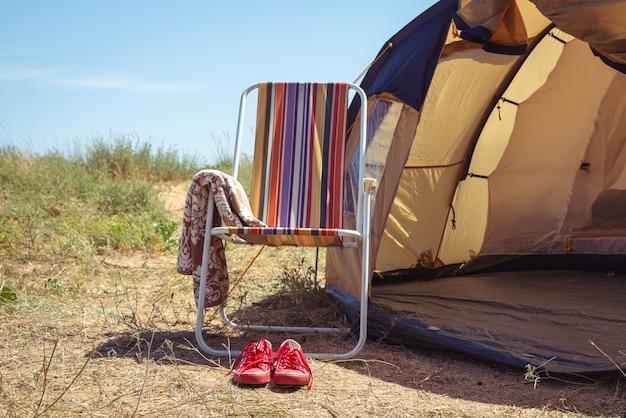 Sedia e una tenda. campeggio.