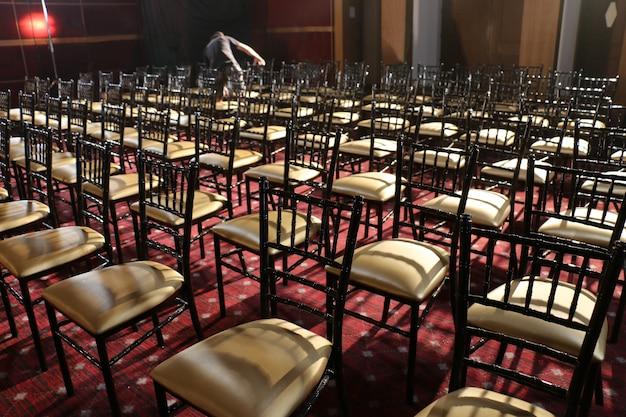 Sedia in fila nell'auditorium