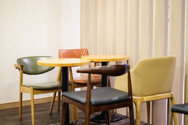 Sedia in pelle colorata e set da tavola in legno marrone per colazione, pranzo e cena.