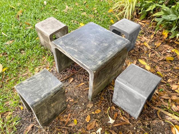 Sedia in pietra al parco esterno verde naturale.
