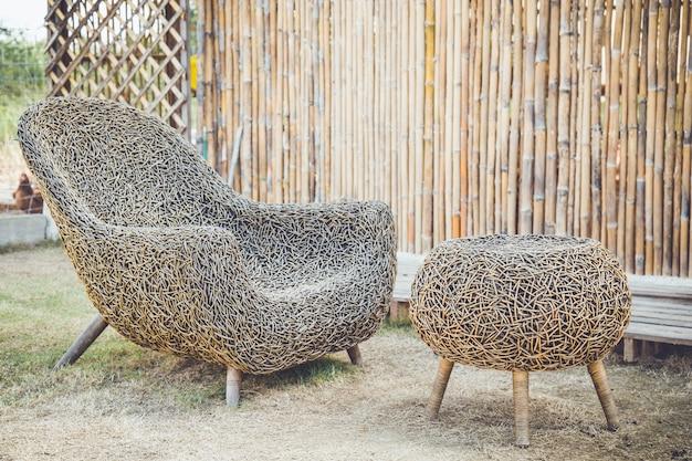 Sedia in rattan in giardino