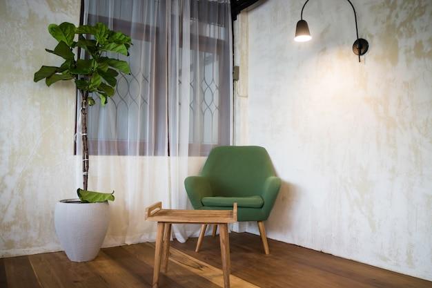 Sedia in tessuto verde nel soggiorno