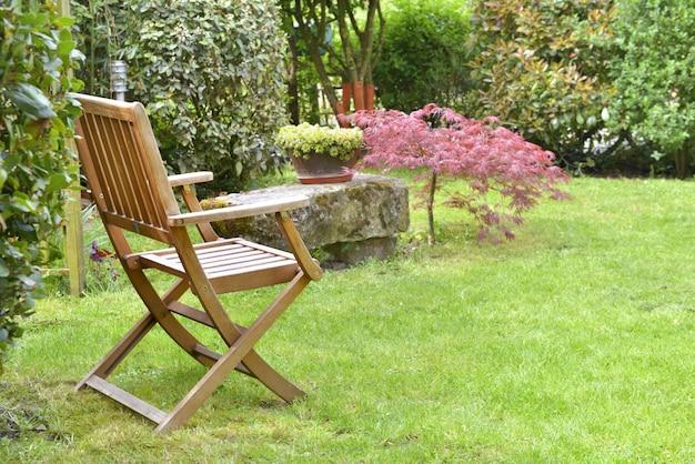 Sedia in un giardino ornamentale