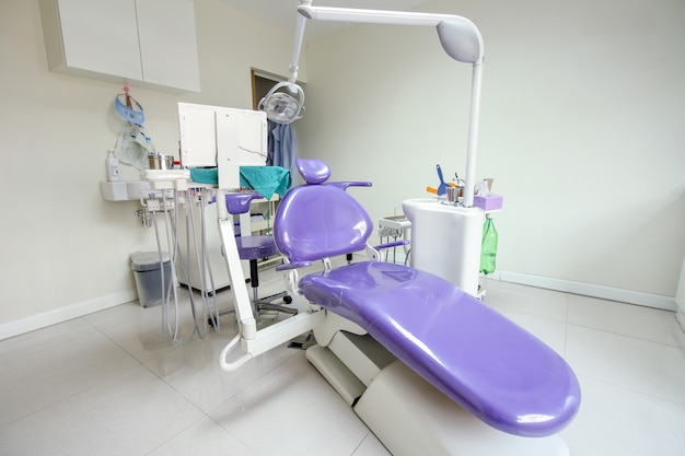 Sedia moderna del dentista in una stanza medica