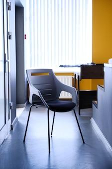 Sedia nera nel corridoio dell'appartamento