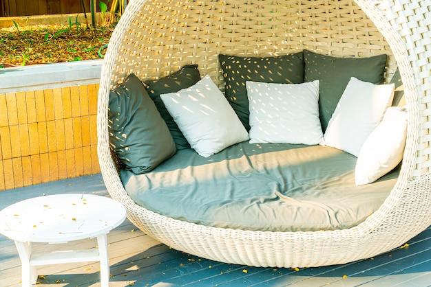 Sedia patio esterno arco in giardino