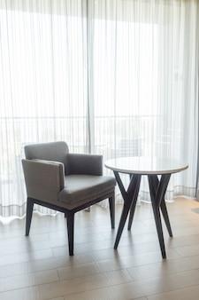 Sedia vuota e tavolo in salotto