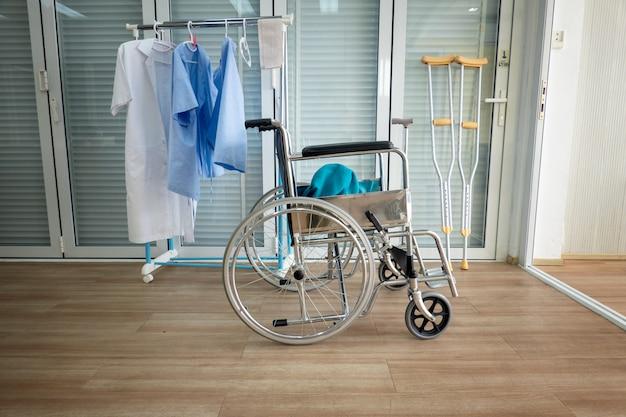 Sedie a rotelle in fila nella clinica o in ospedale, sedie a rotelle in attesa di servizi ai pazienti.