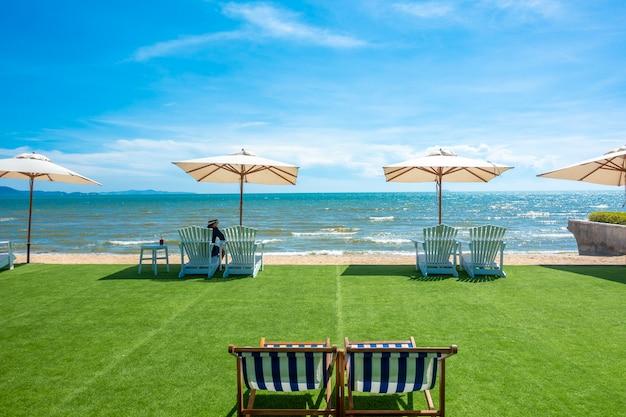 Sedie a sdraio con ombrellone su una spiaggia