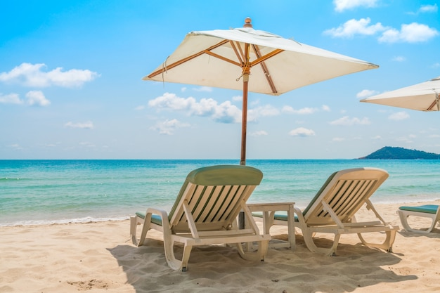 Sedie a sdraio sulla spiaggia di sabbia bianca tropicale