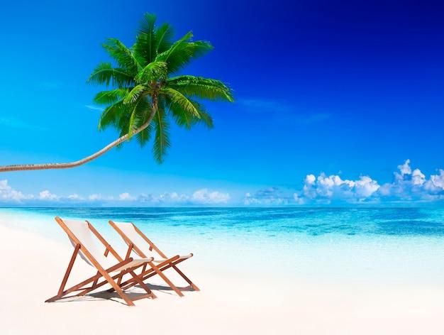 Sedie a sdraio sulla spiaggia tropicale.